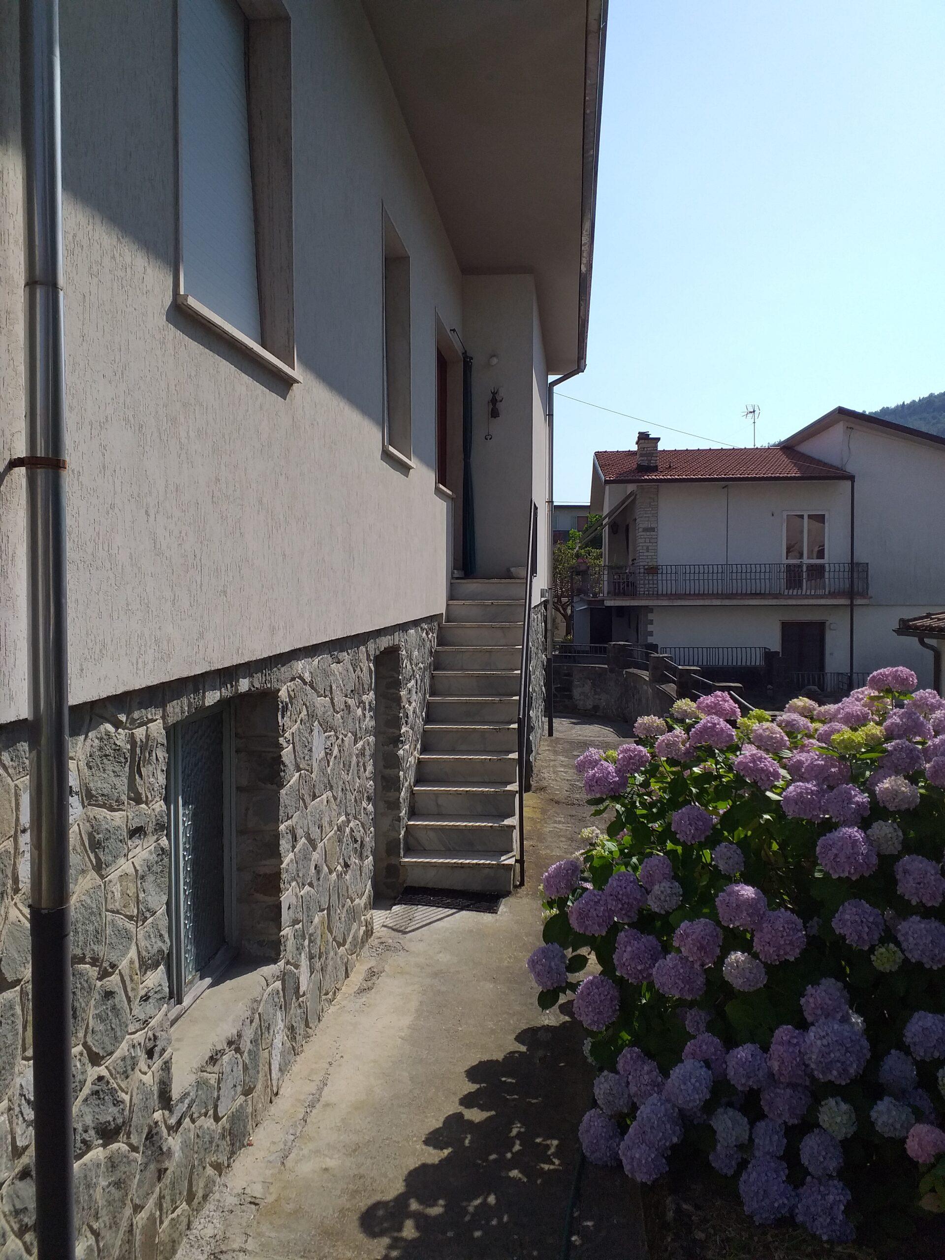 Casa indipendente con giardino circostante in centro a Fivizzano . Abitabile. ref. 2313