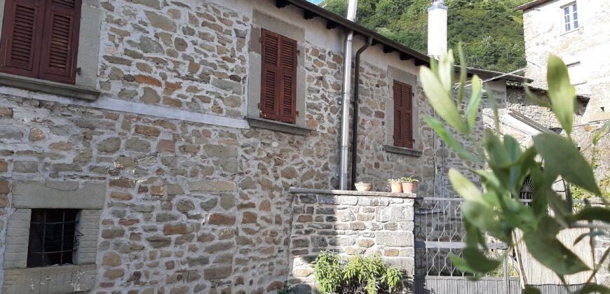 Proprietà TIPICA TOSCANA con casa in pietra, corte,  rustico e giardino in borgo antico. Ideale per vacanza . ref. 2294