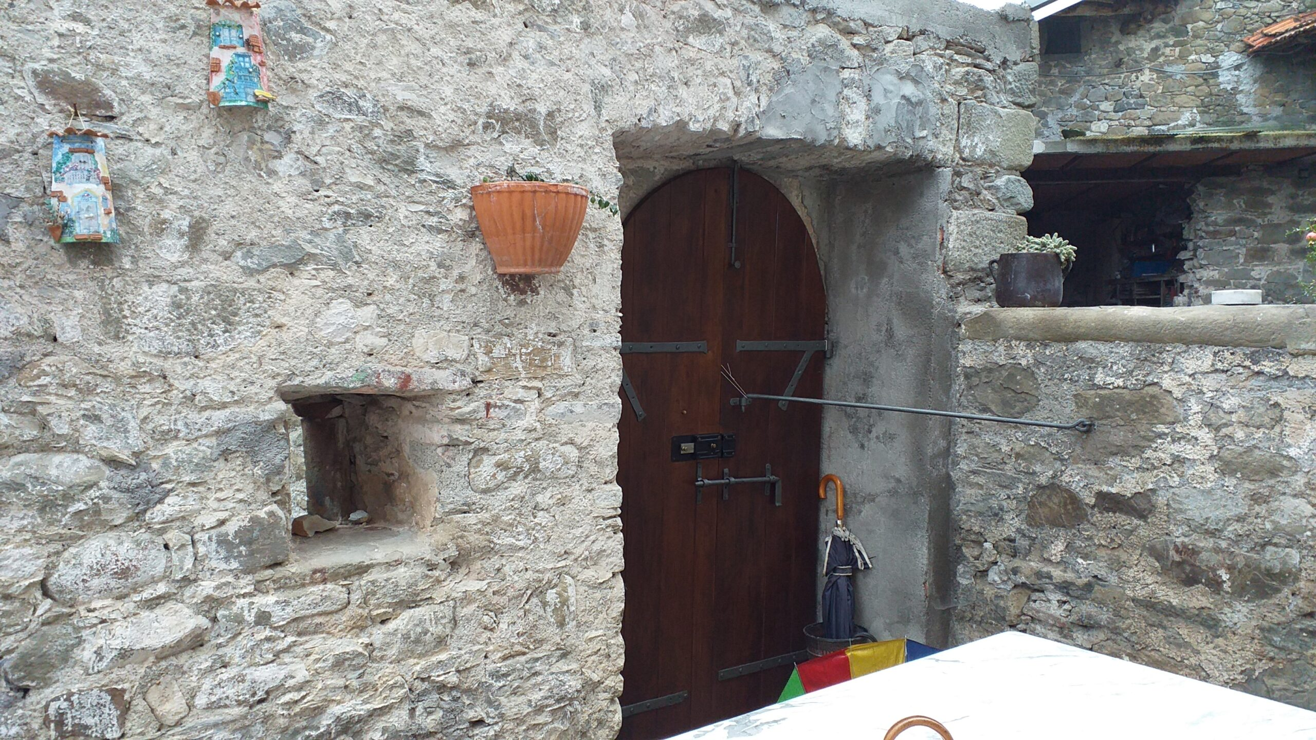 Medieval village with rustic houses and renovated old house. Ideal for landlord activities. 2253