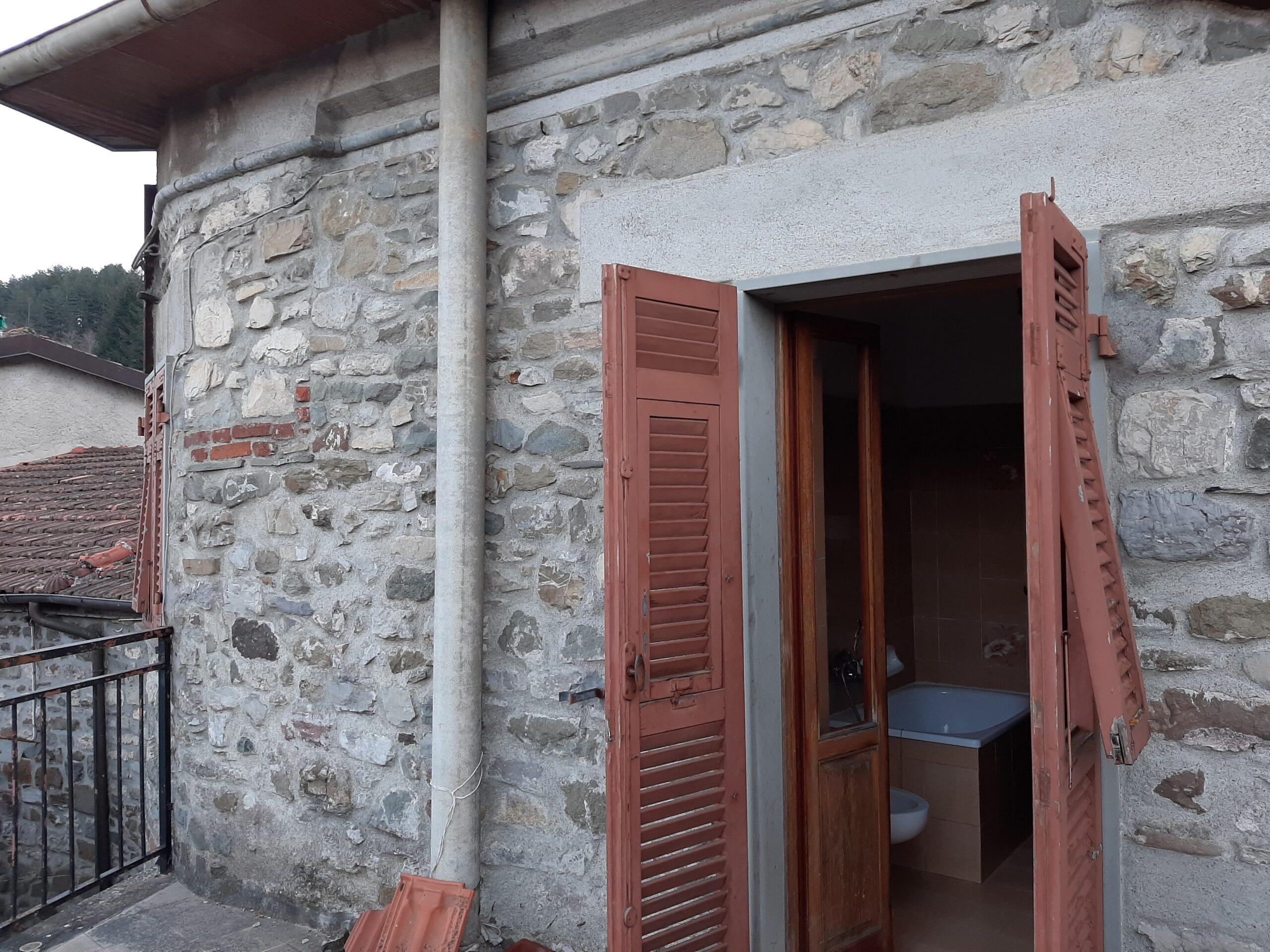 Casa in pietra con Terrazza , Occasione a 70 km. da Lucca. 2391
