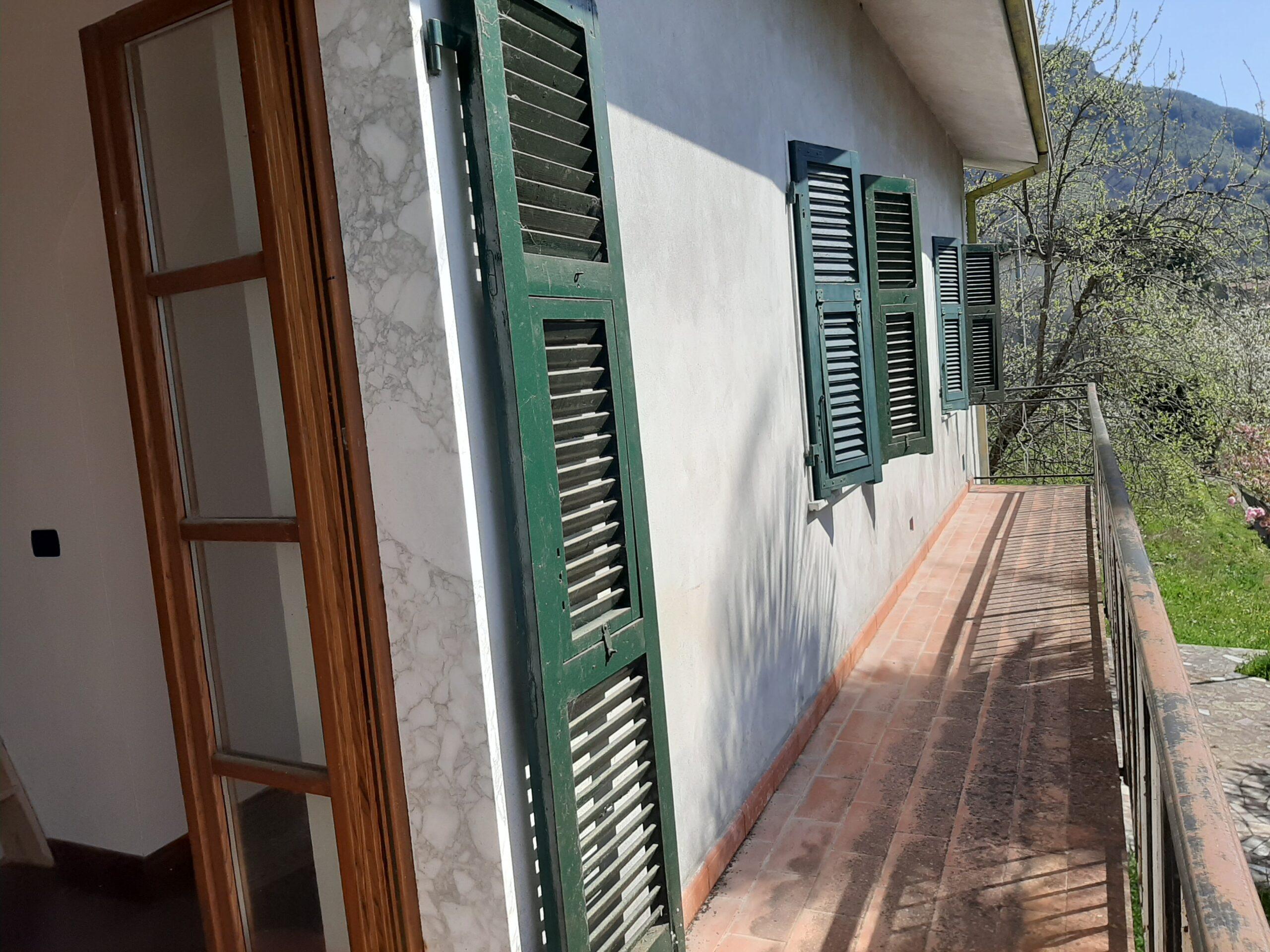 Villa indipendente con  terreno , panoramica. 40 minuti dal Mare . Lunigiana Ref.2401