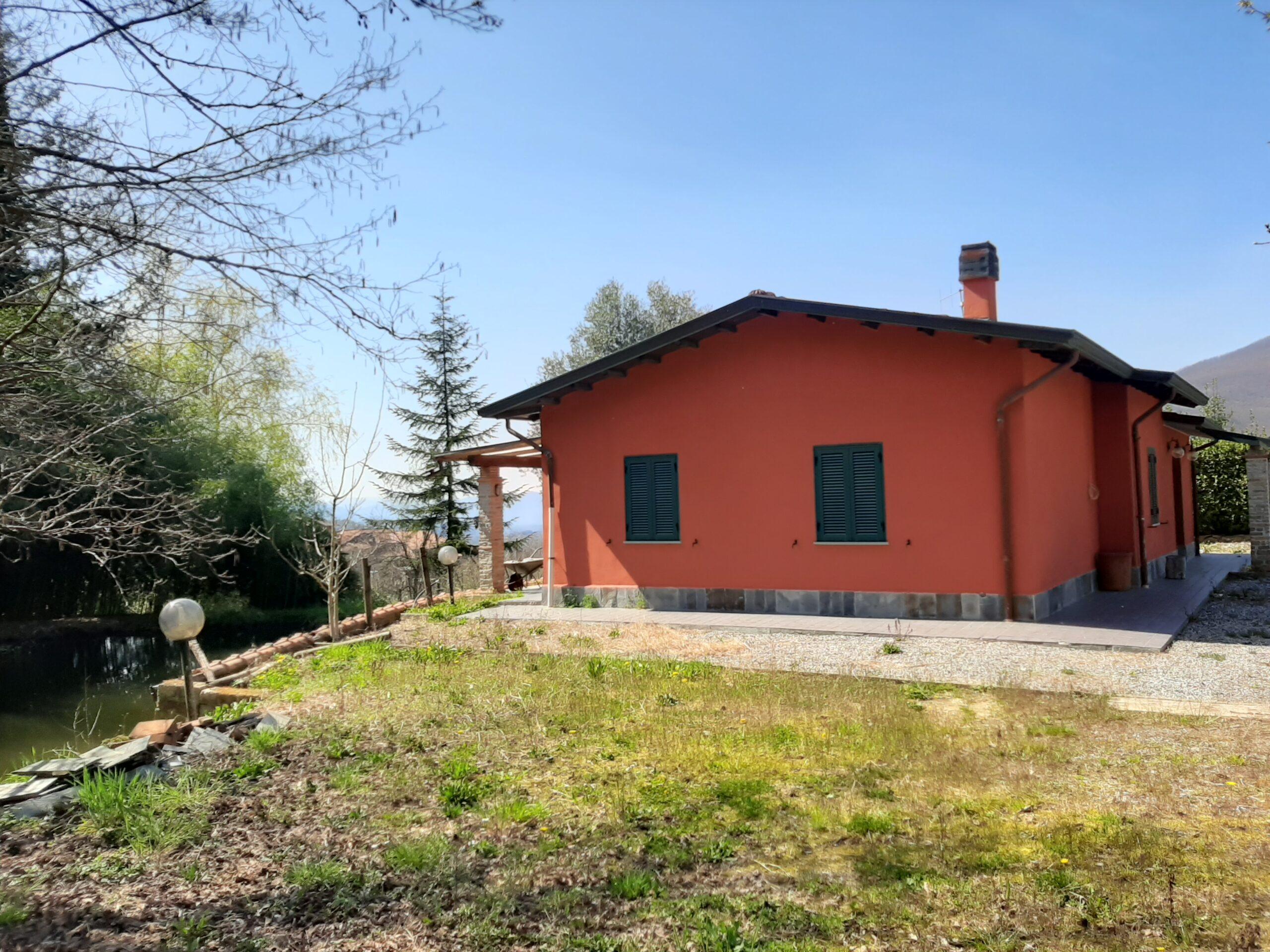 Casa con Laghetto e terreno ,   Luogo fantastico  Vicino a Fivizzano  . Ref. 2402