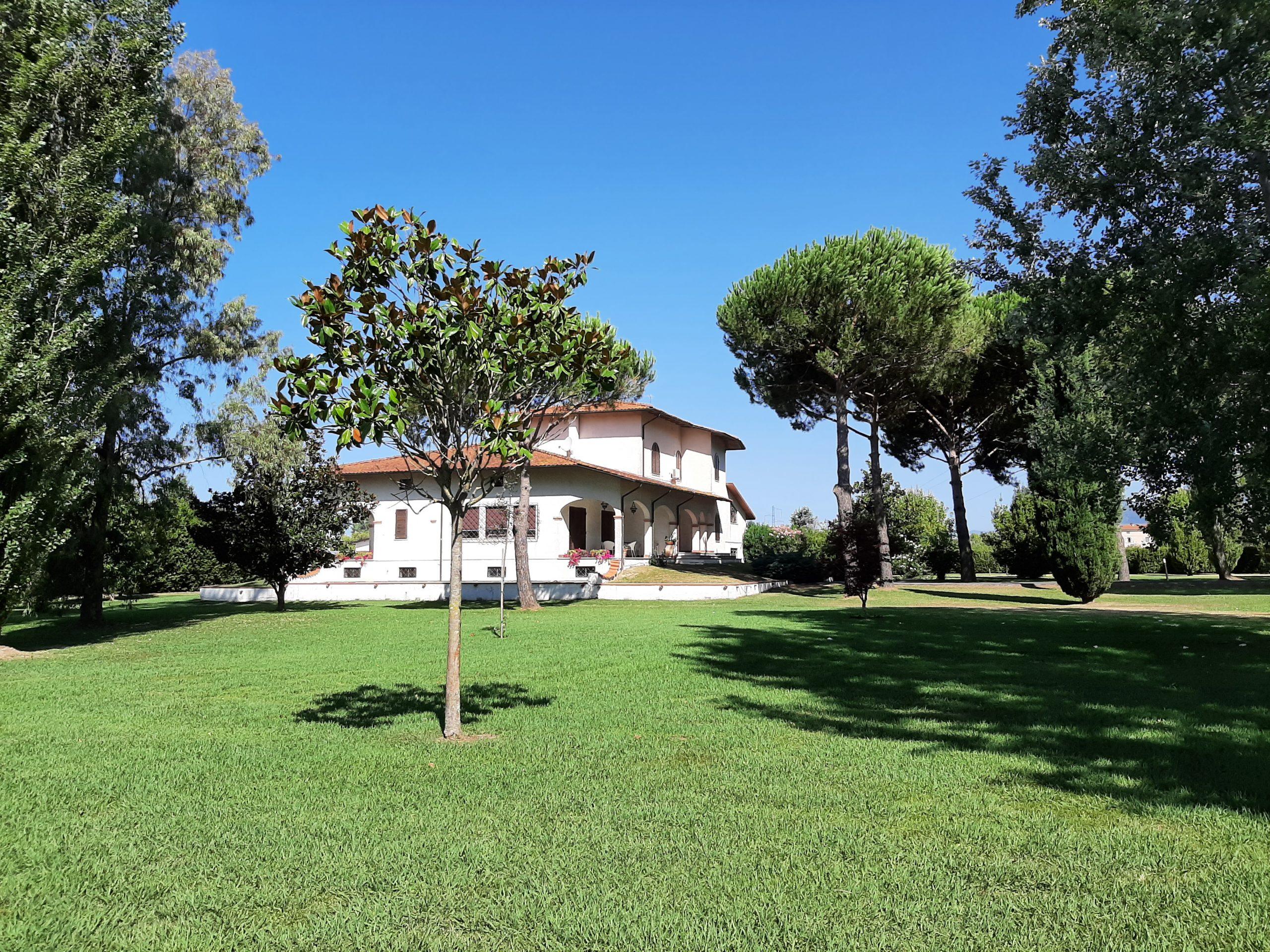 Versilia : Proprietà con Villa e piscina in parco splendido a due passi da Pietrasanta – Forte dei Marmi . Ref. 2438