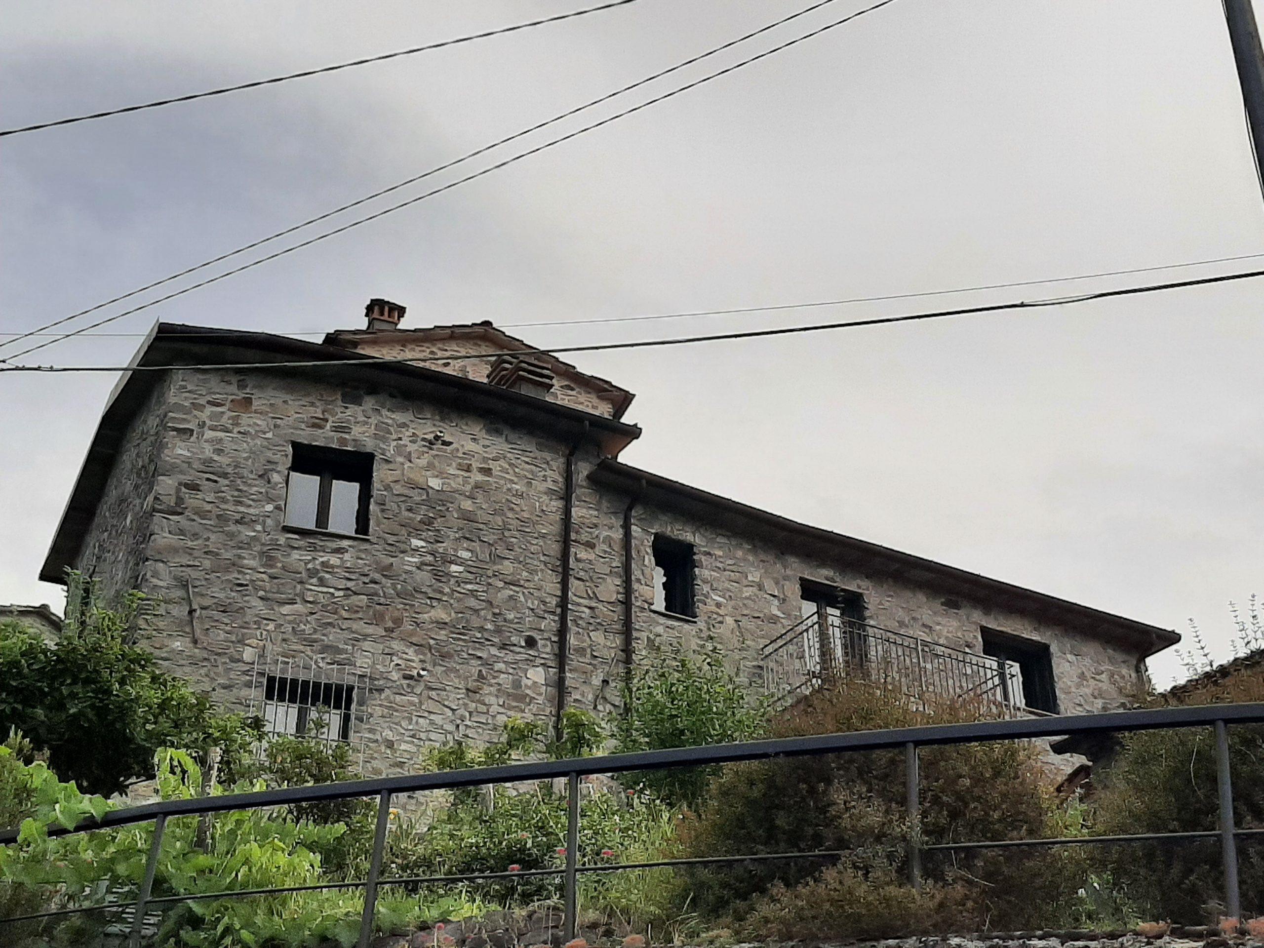 Casa indipendente in pietra con giardino ,  ideale per investimento Sapore Toscano in Lunigiana – 2432